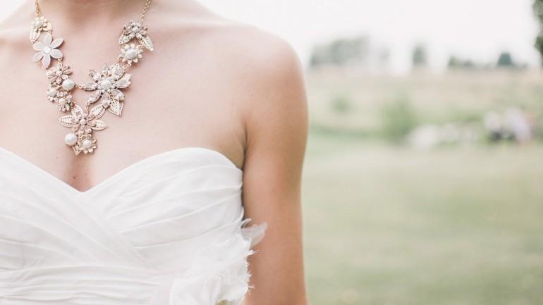 Faire appel à un tailleur pour une robe de mariée sur mesure